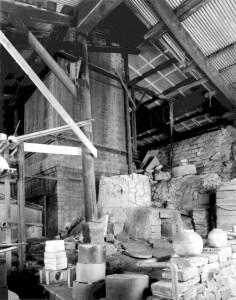 登り窯の煙突脇に作られた錦窯